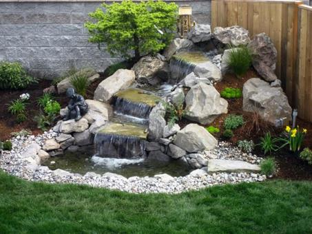 petit bassin de jardin avec cascade